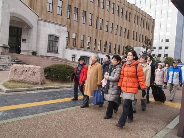1月28日。大飯高浜原発差止仮処分の第1回審尋期日のため福井地裁に入る申立団、弁護団。