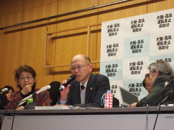 期日後の記者会見で報告する井戸謙一弁護士
