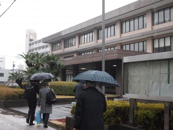 福岡高裁宮崎支部に入る弁護団