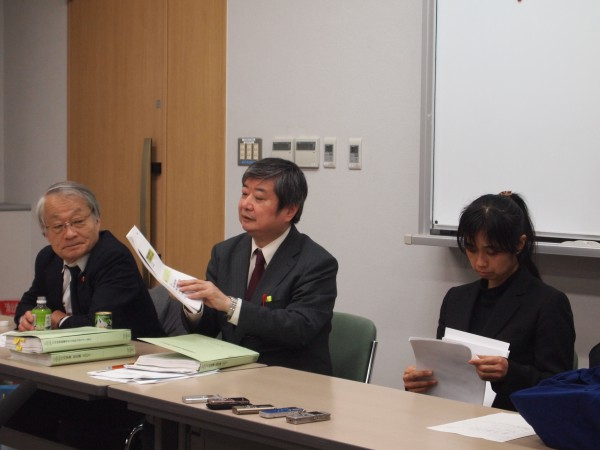 期日後の記者会見で、火山のプレゼンについて説明する海渡雄一弁護士(中央)