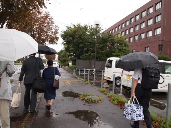 代理人弁護士とともに裁判所に向かう菅野さん