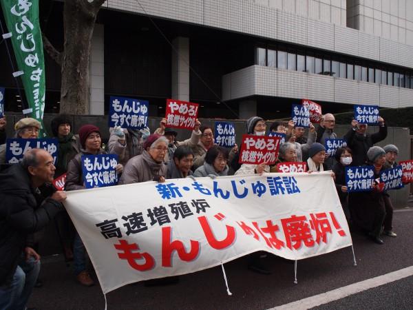 昨年12月7日、第5回口頭弁論期日、東京地裁前。