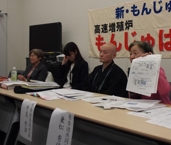 報告集荷甥について廃炉の過程について説明する兼松さん(一番右) (参議院議員会館)